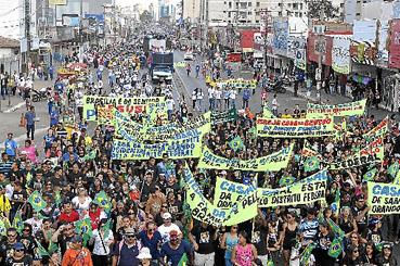 At� as 17h30 de ontem, pelo menos 5 mil fi�is caminhavam rumo ao Taguaparque. Foi s� a prepara��o para a grande caminhada evang�lica que deve tomar conta da Esplanada em 5 de setembro.  (Antonio Cunha/CB/D.A Press)