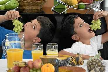 A consci�ncia de que uma dieta equilibrada traz sa�de come�a cada vez mais cedo. Vitor, 11 anos, e Artur, 8, por exemplo, n�o dispensam frutas e legumes.  (Carlos Vieira/CB/D.A Press)
