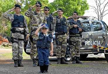 Aos 3 anos, Sophia j� decidiu: quer ser militar. O carisma da menina conquistou um batalh�o de adultos. (Marcelo Ferreira/CB/D.A Press)