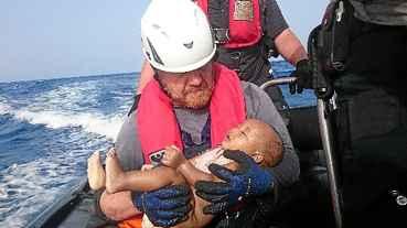 A imagem de mais uma crian�a morta no Mediterr�neo foi divulgada ontem por uma ONG alem�. O porta-voz da entidade afirmou que a publica��o da foto foi necess�ria para mostrar a gravidade da situa��o dos refugiados.  (Christian B�ttner/Eikon Nord Gmbh Germany/AFP)