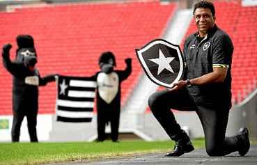 Her�i do t�tulo carioca de 1989, o atacante Maur�cio � agora embaixador do Botafogo e est� em Bras�lia para divulgar o jogo contra o Cruzeiro, amanh�, no Man�. O �dolo botafoguense pediu refor�os urgentes para o time. (Carlos Vieira/CB/D.A Press)