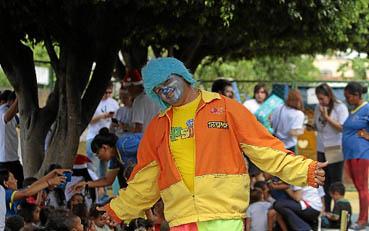 Criado num orfanato, Genilson Lopes teve vida difícil desde a infância. Depois do primeiro trabalho, como animador infantil, ele virou o Palhaço Psiu. Todo fim de ano, dá lições de solidariedade entregando presentes para crianças pobres. (Ana Rayssa/Esp. CB/D.A Press)