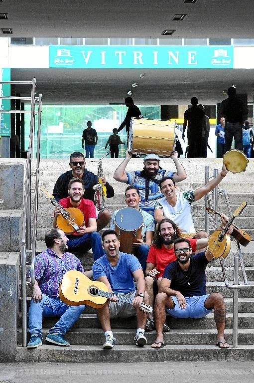Há 58 anos, a cidade é um campo de experimentação no urbanismo, na arquitetura, na música, no design e nas artes plásticas. As novas gerações assumiram a capital e a recriaram. Ao longo do tempo, houve mudanças, mas sem perder as singularidades. Conheça histórias da interação com a cidade, como a do grupo Samba Urgente (foto), formado há 15 anos. (Minervino Junior/CB/D.A Press)
