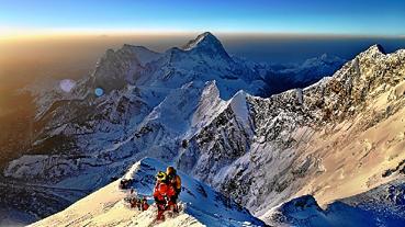 O engenheiro elétrico Roman Romancini superou um atropelamento e um câncer para se tornar o primeiro brasiliense a escalar o Everest. Agora, a história do alpinista de 43 anos vai virar filme.  (Rafael Duarte e Padawa Sherpa/Divulgação)