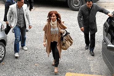 Acusada de chefiar uma quadrilha que recebeu propinas em troca de obras públicas, a ex-presidente Cristina Kirchner teve a prisão pedida pelo juiz Claudio Bonadio. A detenção, no entanto, depende de autorização do Senado.  (Eitan Abramovich/AFP)