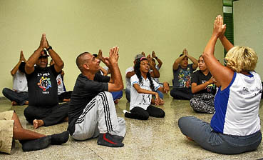 Em Samambaia, projeto de escola pública promove a integração de crianças, adolescentes, adultos e idosos por meio de oficinas de teatro e de dança. (Ana Rayssa/Esp. CB/D.A Press)