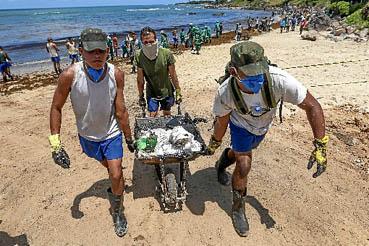 Enquanto voluntários tentam limpar as praias brasileiras afetadas pela mancha de óleo, o ministro da Defesa admite que o governo demorou a se juntar à operação. Pescadores do Nordeste vão receber seguro defeso.  (Carlos Ezequiel Vannoni/Agência Pixel Press/AE)