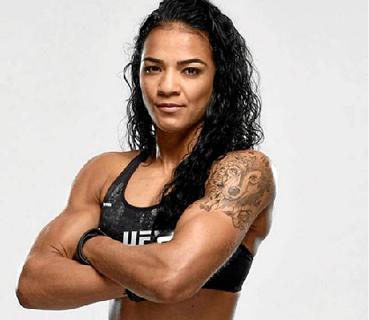 """Viviane Araújo é uma das atrações do UFC 245, hoje, em Las Vegas, nos EUA, na luta pelo cinturão dos pesos-mosca. """"Quero levar Brasília e Ceilândia para o topo"""", promete.  (@viviaraujomma)"""