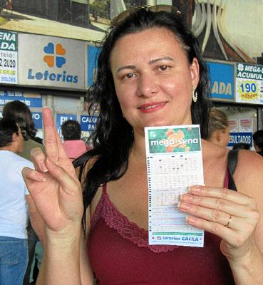 O bilhete premiado pode sair hoje, às 20h. Se ganhar, a consultora Erica Leticia Souza (foto) sonha usar o prêmio para se livrar do aluguel e comprar a casa própria. (Tailana Galvão/Esp. CB/D.A Press)