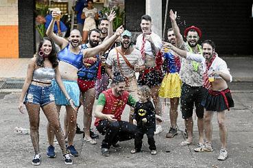 A partir de hoje, as ruas de Brasília serão invadidas pelas cores, pelo brilho, pela irreverência e alegria de dezenas de blocos carnavalescos. São 241 eventos até terça-feira. Faça como Marcos Santiago e Mateus Fraga: junte os amigos, vista a fantasia e caia na folia. (Minervino Junior/CB/D.A Press)