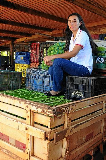 Maria Aparecida coordena uma cooperativa de produtores atingida pela paralisação do programa de merenda escolar. Parte do setor ficou sem ter para quem vender frutas e hortaliças. A administradora diz que os agricultores seguem trabalhando e buscam novas formas de comercialização.  (Carlos Vieira/CB/D.A Press)