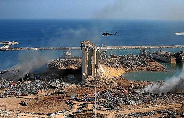 Após as violentas explosões que transformaram o porto e o centro de Beirute em cenário de guerra, governo decreta estado de urgência por duas semanas e ordena prisão domiciliar de responsáveis pelo armazenamento de 2.750 toneladas de nitrato de amônio.  (AFP)