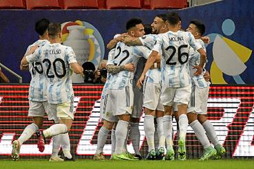 Em noite histórica para a Argentina, Lionel Messi iniciou a trama do gol da vitória por 1 x 0 sobre o arquirrival Uruguai e foi comemorar com Guido Rodríguez em uma noite festiva na capital federal. Brasília foi palco do jogo de número 1.000 da seleção. Na outra partida de ontem, o Chile derrotou a Bolívia por 1 x 0, em Cuiabá.  (Nelson Almeida/AFP)