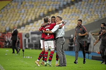 Após quatro anos, Flamengo encerra incômodo jejum contra o São Paulo e aplica goleada, por 5 x 1, de virada, no Maracanã. Destaque da vitória rubro-negra, atacante Bruno Henrique marca três gols e empolga a torcida, que sonha com mais um título do Brasileirão.  (Alexandre Vidal/Flamengo)