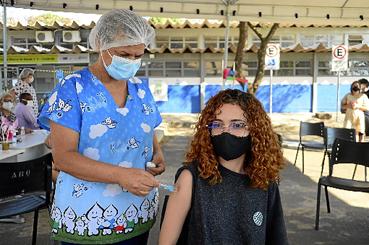 Vacina da Pfizer, entregue ontem pelo Ministério da Saúde, será aplicada em adolescentes de 13 anos, a partir de amanhã. Também será destinada a brasilienses que estão na fila à espera de segunda ou de terceira dose.  (Marcelo Ferreira/CB/D.A Press)