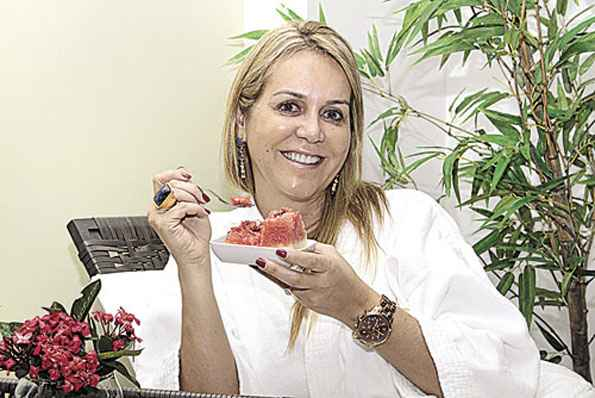 Com uma renda maior, o brasileiro anda animadíssimo para gastar com cuidados pessoais e diversão. Esse comportamento estimula uma alta de preços em artigos e serviços ligados à beleza e ao lazer. Segundo levantamento do Correio, a inflação da balada cresceu 9,18% nos últimos 12 meses, índice bem acima da média de 6,15% para o período. As despesas da empresária Roseane Jordão (foto), 48 anos, com salão de beleza, nutricionista, dermatologista e personal trainer chegam a R$ 5 mil. %u201CQuero apenas ficar bem comigo mesma%u201D, justifica. O chefe de telemarketing Dalmo Lopes, 32 anos, costuma sair de quinta a domingo. %u201CSei que é caro, mas, se eu posso pagar, não tenho motivo para não ir ao barzinho com meus amigos ou para uma boate dançar.%u201D (Viola Júnior/Esp. CB/D.A Press)