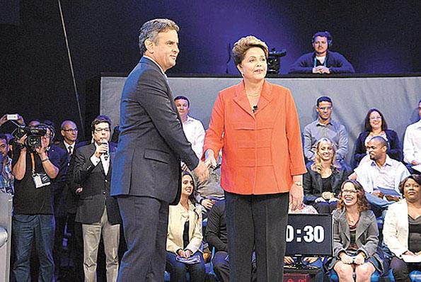 Na primeira pergunta do �ltimo debate antes da elei��o, A�cio exigiu de Dilma explica��es sobre a den�ncia de que ela e Lula sabiam de tudo sobre o esquema criminoso que roubava dinheiro da Petrobras. A petista negou. Acusou a Veja %u2014 que publicou reportagem %u2014 de fazer jogo sujo e de tentativa de golpe eleitoral. A revista atribui a informa��o ao doleiro Alberto Youssef em depoimento, na �ltima ter�a-feira, � Pol�cia Federal e ao Minist�rio P�blico. A divulga��o de trecho da dela��o premiada %u2014 em que, se o r�u mentir, perde o benef�cio do perd�o judicial %u2014 levou o PSDB a anunciar que entrar� com representa��o criminal contra a presidente e o antecessor, Lula. O PT tentou desqualificar a not�cia.  (Erbs Jr./AG)