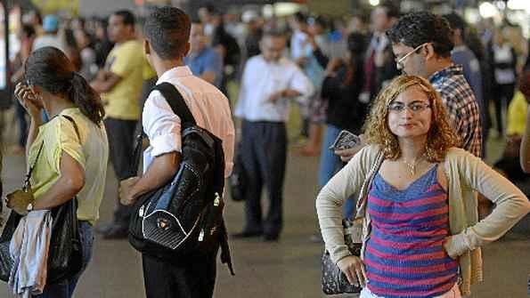 Na fila do ônibus na Rodoviária, Maria Nely (foto), 25 anos, era só indignação. %u201CÉ uma tremenda vergonha%u201D, disse ao comentar a farra do avião na Câmara. %u201COs professores estão sem receber, e eles aprovando isso? É uma piada!%u201D, desabafou Ana Lene, 22.  (Ronaldo de Oliveira/CB/D.A Press)