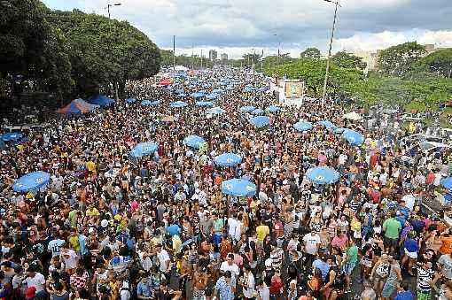 N�o foi mais um encontro casual. Agora, � relacionamento s�rio. Os brasilienses casaram-se com as ruas. Os blocos arrastaram um milh�o pelas quadras e avenidas durante os quatro dias de carnaval. Os Raparigueiros encerraram a ter�a-feira com 200 mil pessoas no Eix�o. Houve briga e bebedeira, mas o policiamento ostensivo e a vontade dos foli�es de se divertirem prevaleceram. Partiu 2017! (Marcelo Ferreira/CB/D.A Press)