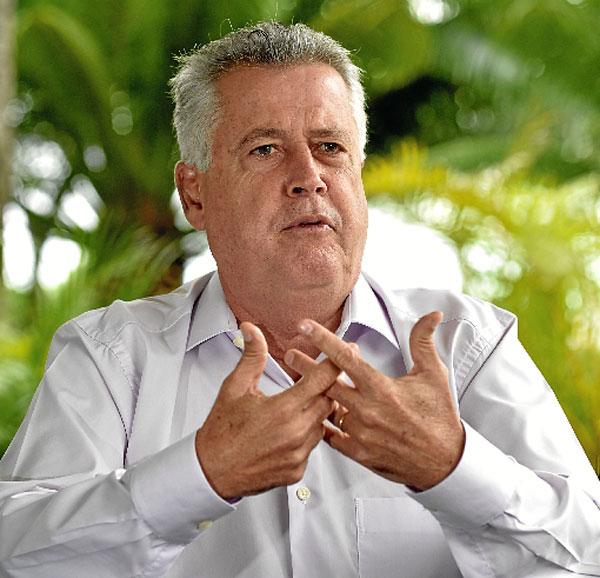 """» ANA DUBEUX   » ANA MARIA CAMPOS   » ANA VIRIATO  Candidato à reeleição, Rodrigo Rollemberg (PSB) terá pela frente uma campanha acirrada, e prepara suas armas. Um palanque nacional forte pode ser decisivo no pleito de outubro. Por isso, em entrevista ao Correio, ele defendeu a candidatura de Joaquim Barbosa à presidência da República. """"O nome de Joaquim Barbosa é a grande novidade desse processo eleitoral"""", acredita o governador. Ainda em dúvida sobre sair ou não para presidente, o ministro aposentado do STF já aparece com até 10% das intenções de votos (ver página 2). Além do reforço nacional, Rollemberg quer a união de legendas de esquerda em torno de seu nome. Menos o PT: """"Grande parte da crise que o país está vivendo é de responsabilidade do PT"""". Quanto a antigos aliados, há mágoas. O vice-governador Renato Santana foi classificado por ele como um político sem maturidade. Já Cristovam Buarque mereceu críticas mais duras. Para o chefe do Buriti, o senador do PPS não contribuiu com soluções para crises do DF e do país. (Marcelo Ferreira/CB/D.A Press)"""