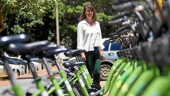 A servidora pública Rosana Baioco utiliza as bicicletas compartilhadas, que são cada vez mais adotadas no Plano Piloto e em Águas Claras. Em alguns casos, a taxa de uso por ano é de apenas R$ 10. O governo e as empresas estudam planos de expansão. No entanto, persistem as reclamações sobre as ciclovias.  (Arthur Menescal/Esp. CB/D.A Press)