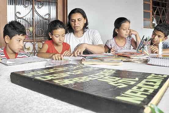 Os alunos não deixam de elogiar a dedicação e a exigência da professora Margarida (Paula Rafiza/Esp. CB/D.A Press)