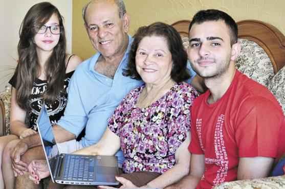 Juraci e Galdino, entre os netos Camila e Pedro Henrique: aprendendo a lidar com tecnologias que, quando jovens, nunca imaginaram que fossem existir um dia (Paula Rafiza/Esp. CB/D.A Press)
