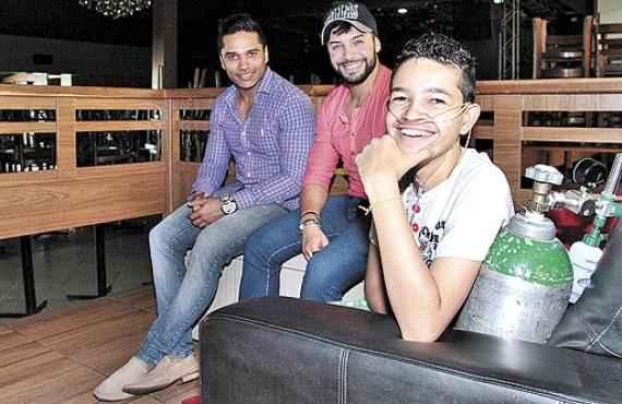 Lucas com os cantores Daniel Duran e Danilo Lira: fã de música sertaneja (Ana Rayssa/Esp. CB/D.A Press)