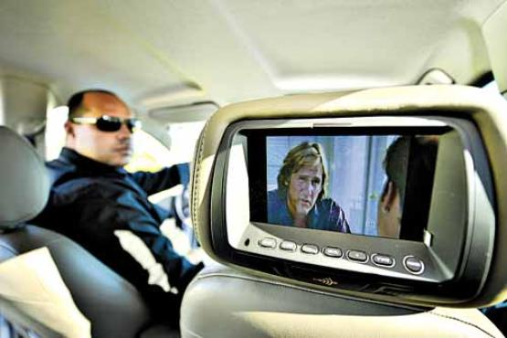 Edson estudou inglês e incrementou o táxi: DVD, frigobar e computador  (Daniel Ferreira/CB/D.A Press)