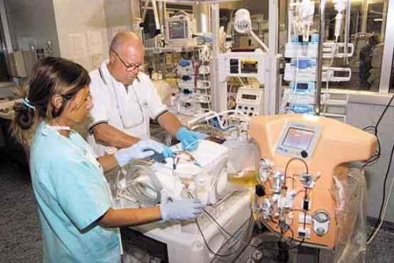 O novo equipamento retira a quantidade exata de líquido dos bebês (Cláudio Ronco/Divulgação)