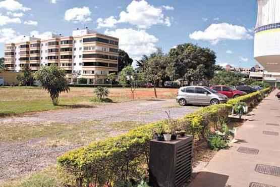 A área verde atrás do prédio virou estacionamento na 705 Norte (Oswaldo Reis/Esp. CB/D.A Press)
