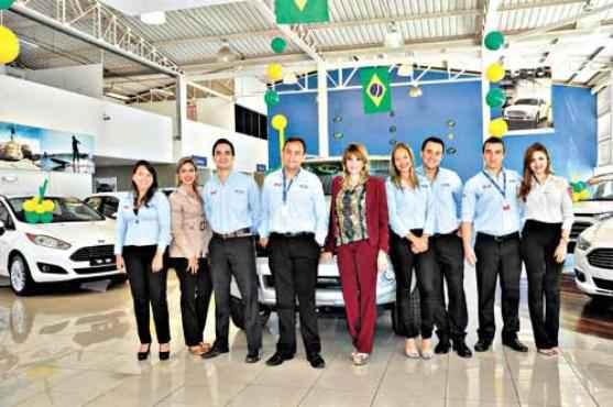 A gerente de vendas Mirts (centro) comanda a equipe de uma concessionária: reuniões diárias para melhorar os resultados (André Violatti/Esp. CB/D.A Press   )