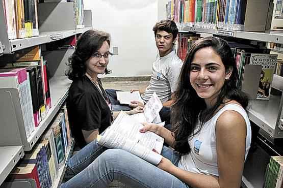 Carolina (à frente) quer ingressar em medicina, Juliana tentará uma vaga em farmácia e Túlio sonha com direito  (Oswaldo Reis/Esp. CB/D.A Press)
