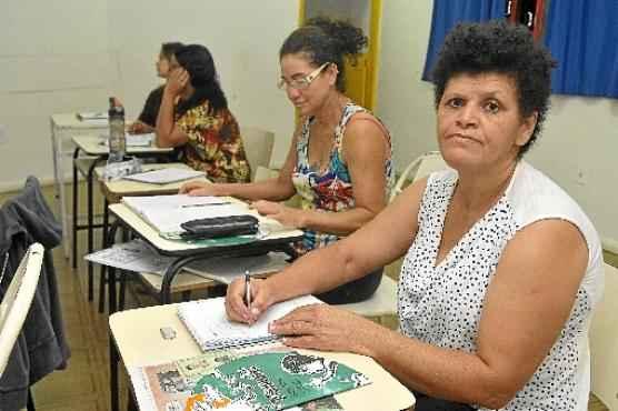 Ana Lúcia estuda há dois meses e um dos sonhos dela é ter assinatura na Carteira de Identidade (Antonio Cunha/CB/D.A Press)