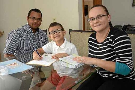 Felipe e Isabelle com o filho Bernardo, de 6 anos: em busca de uma nova escola para dar continuidade ao processo de alfabetização (André Violatti/esp. CB/D.A Press)